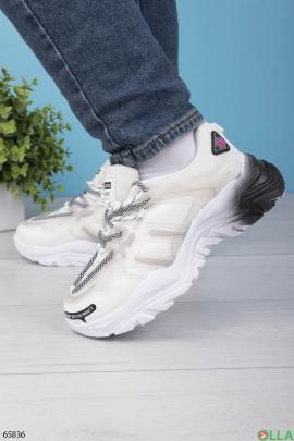Женские серо-белые кроссовки с черным задником
