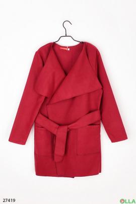 Пальто красного цвета с поясом