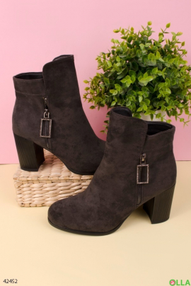 Серые ботинки на широком каблуке