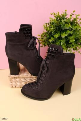 Ботинки серого цвета на каблуке