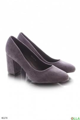 Серые туфли на каблуке