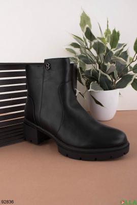 Женские зимние черные ботинки из эко-кожи на каблуке