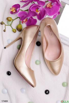 Золотистые туфли на шпильке