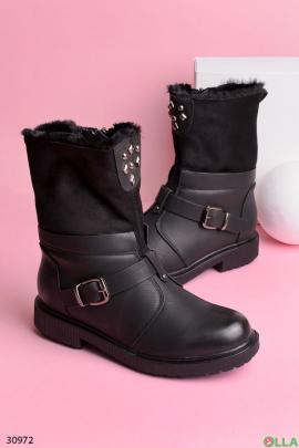 Женские ботинки с ремешком и заклепками