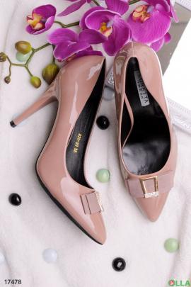 Бежевые лаковые туфли на шпильке