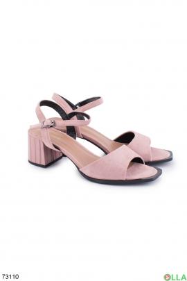 Женские бежевые босоножки на каблуке