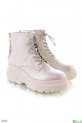 Завышенные ботинки на шнуровке