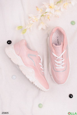 Розовые кроссовки на шнуровке