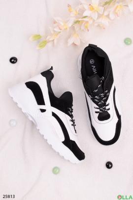 Спортивные кроссовки с рельефной подошвой