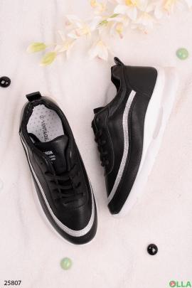 Черные кроссовки с серебристой полосой