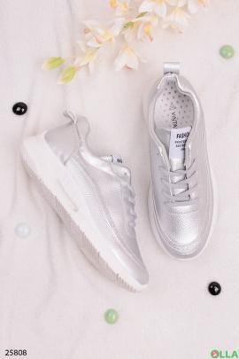 Серебристые кроссовки на шнуровке