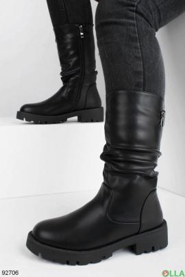Женские черные сапоги на трактарной подошве