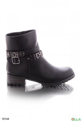 Ботинки с буквами на ремешке
