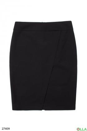 Женская юбка черного цвета с разрезом
