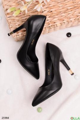 Черные туфли с острым носком