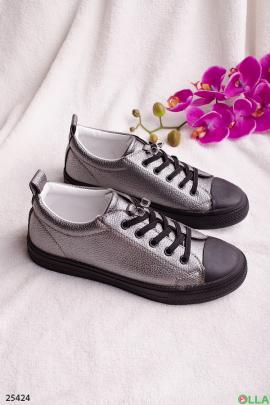 Серебристые кеды на шнуровке