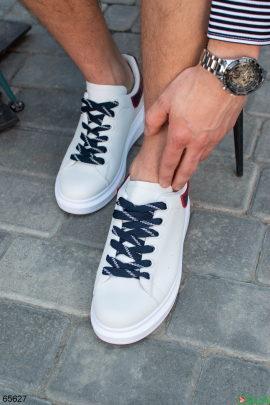 Мужские белые кроссовки с синей  шнуровкой и задником