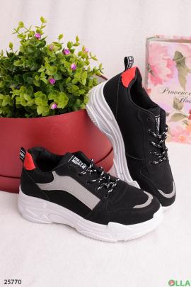 Черные кроссовки с красной вставкой на пятке