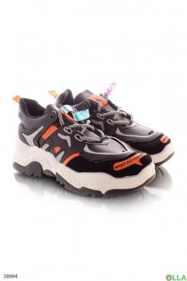 Черные кроссовки с надписью на носке
