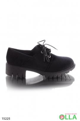Туфли на низком каблуке и на шнуровке