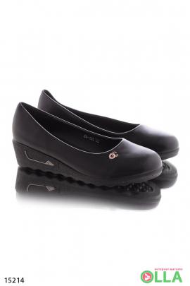 Классические туфли на танкетке