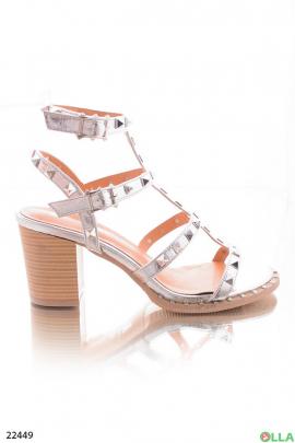 Серебристые босоножки каблуке