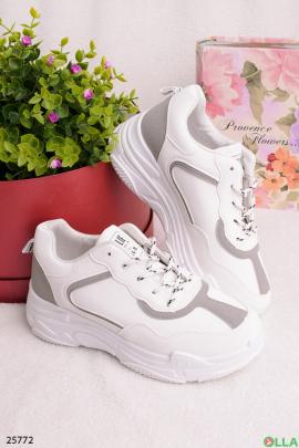 Белые с серым кроссовки