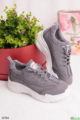 Серые кроссовки на шнуровке