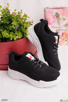 Черные кроссовки на шнуровке