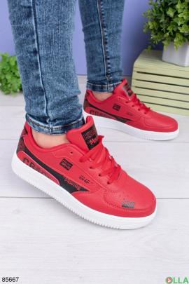 Женские красные кроссовки с черными вставками