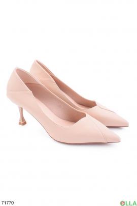 Женские бежевые туфли на шпильке