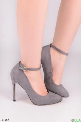 Серые туфли с ремешком