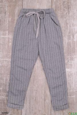 Серые брюки в полоску