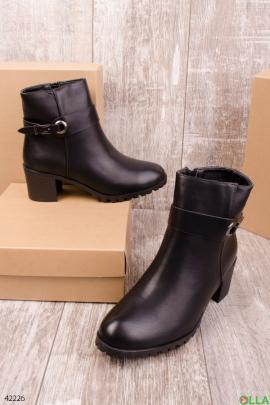 Женские ботинки на широком каблуке