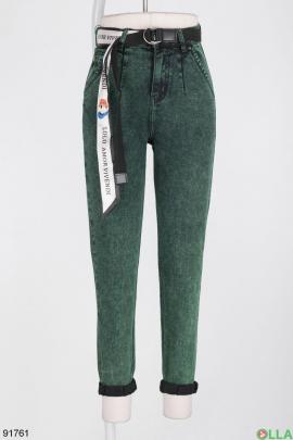 Женские зеленые джинсы-бананы с ремнем