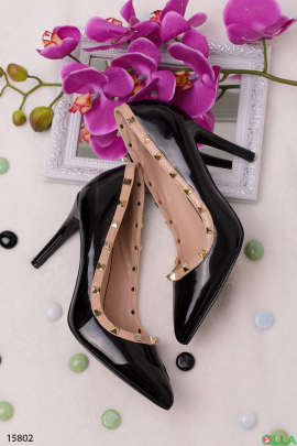 Лаковые туфли с заклепками