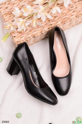 Черные туфли на устойчивом каблуке