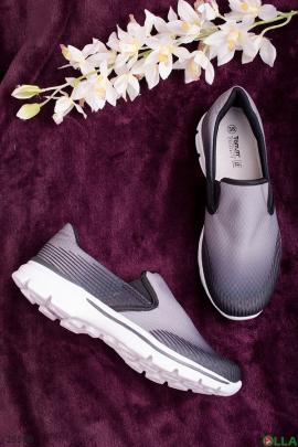 Серые с белым кроссовки