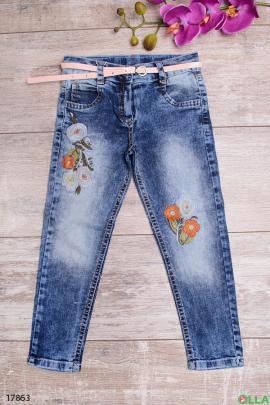 Выбеленные джинсы с ремешком и вышивкой