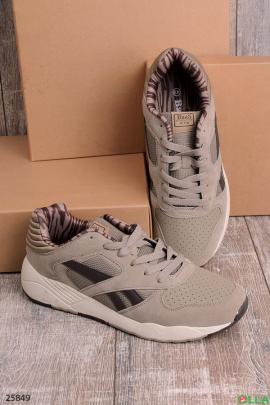 Серые кроссовки с коричневой полосой