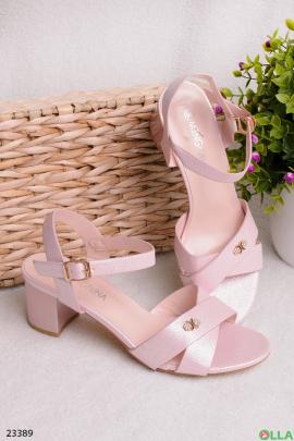 Розовые босоножки на небольшом каблуке