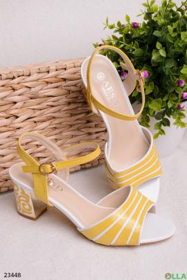 Желтые босоножки на каблуке