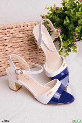 Сине-белые босоножки на каблуке