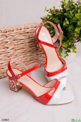 Красно-белые босоножки на каблуке