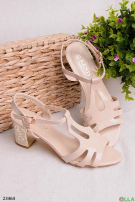 Бежевые босоножки на каблуке