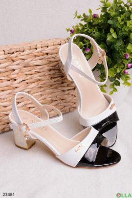 Черно-белые босоножки на каблуке