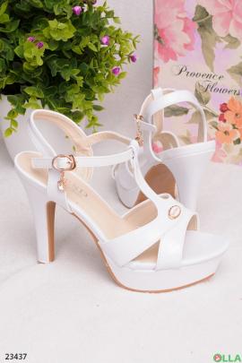 Белые босоножки на каблуке