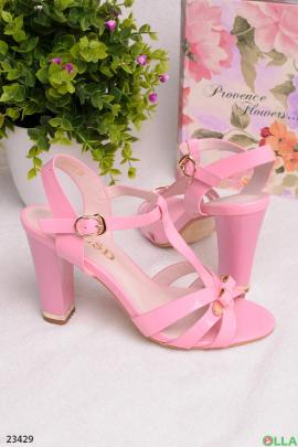 Розовые босоножки на каблуке
