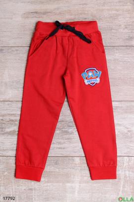 Красные спортивные штаны