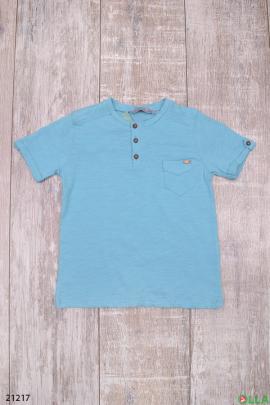 Голубая футболка с пуговицами